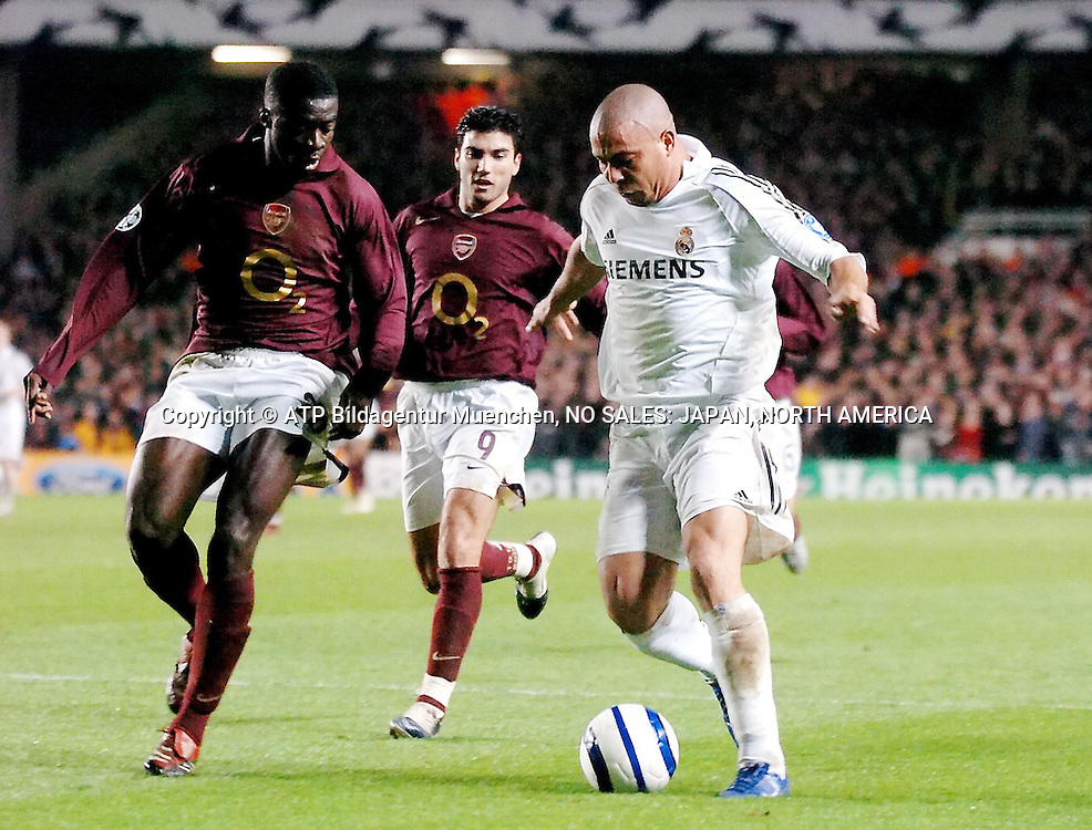 March 08: Real Madrid striker Ronaldo (left, white shirt) attempts to get around the Arsenal defence Kolo Toure (Left #28) and Jose Antonio Reyes (centre #9) during the UEFA Champions League game at Highbury Stadium in London. Arsenal progress to the next knockout stage of the competition after their 1-0 aggregate score over 2 games. - Fussball, Soccer, Football - Fuflball - Copyright mandatory  © ATP Glenn Campbell