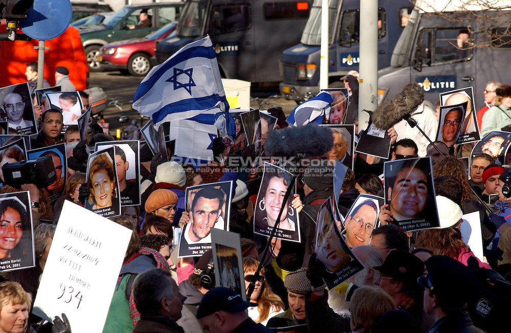 Den Haag, NLD, Niederlande, 23.02.2004: .Demonstration vor dem Friedenspalast..Ein Gedenkmarsch fuer die knapp 1000 in den vergangenen fast vier Jahren in Israel bei Selbstmordattentaten getoeteten Menschen. Unter den Trauernden waren viele Angehoerige aus Israel...© www.photoguerilla.com/Robert W. Kranz..Zaka, Den Haag, Niederlande, Friedenspalast, europaeischer Gerichtshof, Israel, Bus, Demonstration