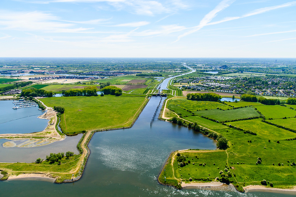 Nederland, Noord-Brabant, Den Bosch, 13-05-2019;  Ingang Máximakanaal (verlengde van Zuid-Willemsvaart) met Sluis Empel, gezien van de Maas.<br /> Entrance new Máxima channel and river Meuse.<br /> aerial photo (additional fee required); luchtfoto (toeslag op standard tarieven); copyright foto/photo Siebe Swart