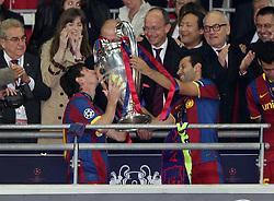 28.05.2011, Wembley Stadium, London, ENG, UEFA CHAMPIONSLEAGUE FINALE 2011, FC Barcelona (ESP) vs Manchester United (ENG), im Bild .Lionel Messi küsst den Pokal, der ihn von Xavier Mascherano überreicht wird., EXPA Pictures © 2011, PhotoCredit: EXPA/ InsideFoto/ Paolo Nucci *** ATTENTION *** FOR AUSTRIA AND SLOVENIA USE ONLY!