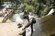 Georgien/Abchasien, Nowy Afon, 2006-08-27, An einem bei russischen Touristen beliebten Wasserfall in Nowy Afon wäscht ein Abchase seine Füsse. Abchasien erklärte sich 1992 unabhängig von Georgien. Nach einem einjährigen blutigen Krieg zwischen den Abchasen und Georgiern besteht seit 1994 ein brüchiger Waffenstillstand, der von einer UNO-Beobachtermission unter personeller Beteiligung Deutschlands überwacht wird. Trotzdem gibt es, vor allem im Kodorital immer wieder bewaffnete Auseinandersetzungen zwischen den Armee der Länder sowie irregulären Kämpfern. (An abkhaz man is washing his feet in the water of a waterfall in Nowy Afon, which is an attraction for russian tourists. Abkhazia declared itself independent from Georgia in 1992. After a bloody civil war a UNO mission observing the ceasefire line between Georgia and Abkhazia since 1994. Nevertheless nearly every day armed incidents take place in the Kodori gorge between the both armys and unregular fighters )