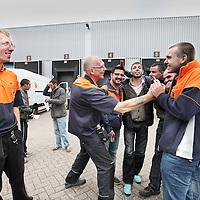 Nederland, Amsterdam , 28 juni 2013.<br /> Akkoord tussen bezorgers PostNL en de leidinggevenden van PostNL.<br /> ostNL heeft een onderhandelingsakkoord bereikt met FNV Bondgenoten en vertegenwoordigers van de actievoerende chauffeurs. Dat heeft een woordvoerder vrijdag laten weten.<br /> PostNL had een conflict met de chauffeurs, die als zelfstandige voor het postbedrijf werken, over onder meer de nieuwe, lagere tarieven voor de bezorging van pakketten. Maar nu is afgesproken dat de chauffeurs 1000 euro per week ontvangen, bij gemiddeld 145 tot 155 geplande stops per dag. Op routes met minder dan 145 adressen zal er 'maatwerk' plaatsvinden, aldus PostNL.<br /> Op de foto: Blijde pakketbezorgers van PostNL <br />  na het bericht omtrent het akkoord.<br /> Foto:Jean-Pierre Jans
