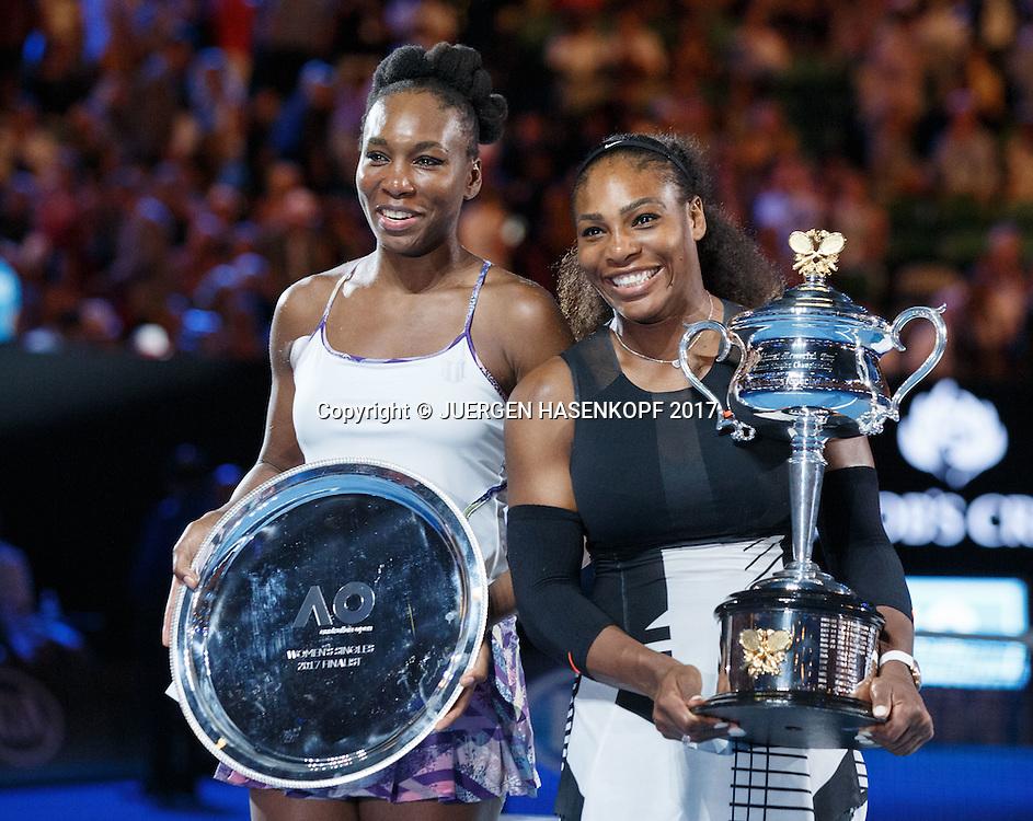 SERENA WILLIAMS (USA) mit dem Pokal, Siegerehrung, Praesentation,Schwester und Finalistin Venus steht daneben<br /> .<br /> Australian Open 2017 -  Melbourne  Park - Melbourne - Victoria - Australia  - 28/01/2017.