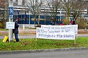Nederland, Nijmegen, 12-12-2018Moshin Saeed (50) staat met grote spandoeken te demonstreren voor het Huygensgebouw van de Radboud Universiteit in Nijmegen. Op de doeken vraagt Saeed zich af waarom een hoogleraar en het klachtencomité van de universiteit zich schuldig maken aan apartheid en discriminatie. Hij haalde een tentamen niet waardoor hij zijn masterscriptie niet kon schrijven. Bij de klachtencommissie is zijn protest afgewezen.Foto: Flip Franssen