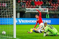 ALKMAAR - 27-01-2016, AZ - Cambuur, AFAS Stadion, 3-1, AZ speler Vincent Janssen scoort hier de 3-0, SC Cambuur doelman Leonard Nienhuis, doelpunt.