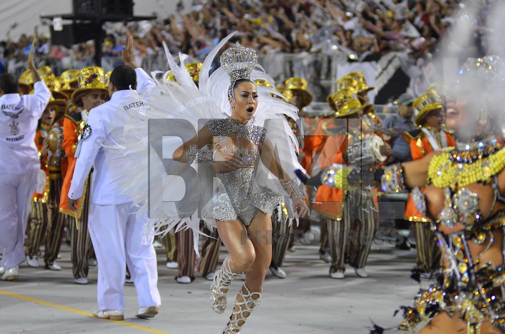 SAO PAULO, SP, 10 FEVEREIRO 2013 - CARNAVAL SP - GAVIEOES DA FIEL  - Sabrina Sato da escola de samba Gavioes da Fiel durante desfile no segundo dia do Grupo Especial no Sambódromo do Anhembi na região norte da capital paulista, na madrugada deste domingo, 10. FOTO: LEVI BIANCO - BRAZIL PHOTO PRESS