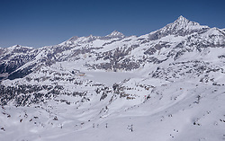 THEMENBILD - Blick auf die mit Schnee bedeckten Berge im Skigebiet Weißsee Gletscherwelt im Frühling, aufgenommen am 19. April 2019 in Uttendorf, Oesterreich // View of the snow-covered mountains at the Weißsee Glacier World ski area in spring in Uttendorf, Austria on 2019/04/19. EXPA Pictures © 2019, PhotoCredit: EXPA/ JFK