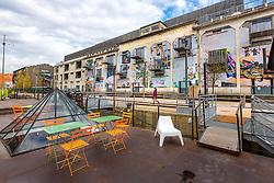 Terrasse d'une péniche à quai devant La Sucrière du quartier Confluence // Péniche restaurant boat terrace in front of La Sucrière, modern art and exhibition building