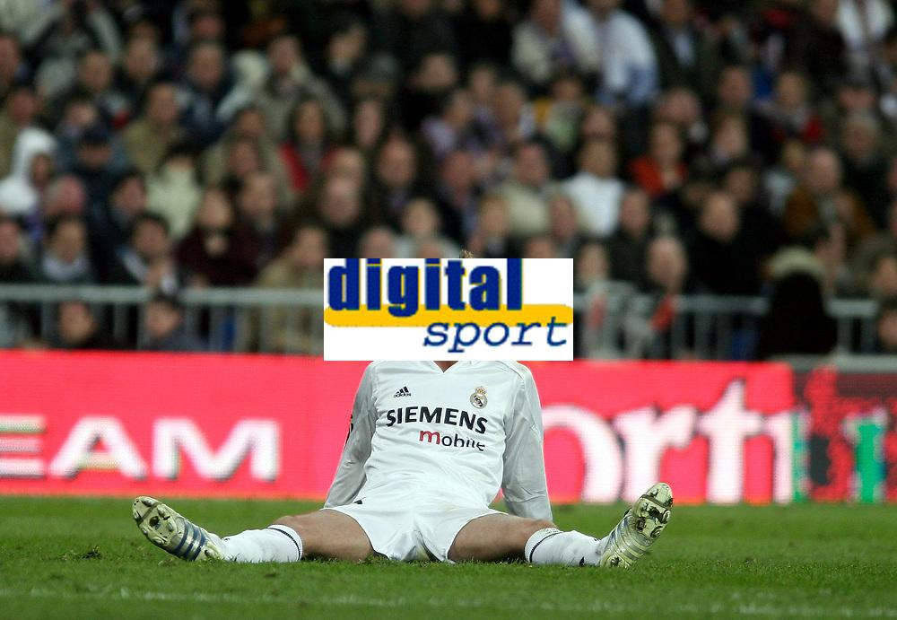 Fotball<br /> Spania 2004/05<br /> Real Madrid v Barcelona<br /> 10. april 2005<br /> Foto: Digitalsport<br /> NORWAY ONLY<br /> Real Madrid's David Beckham reacts after a challenge
