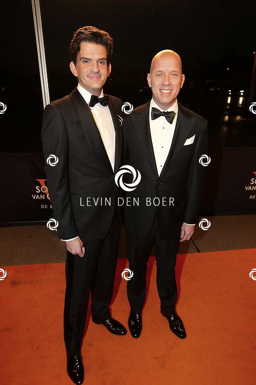 KATWIJK - Maurice Wijnen met vriend zaterdag op de oranje loper van de galapremiere van Soldaat van Oranje - de Musical in de Theater Hangaar op de oude vliegbasis Valkenburg bij Katwijk. FOTO LEVIN DEN BOER - PERSFOTO.NU
