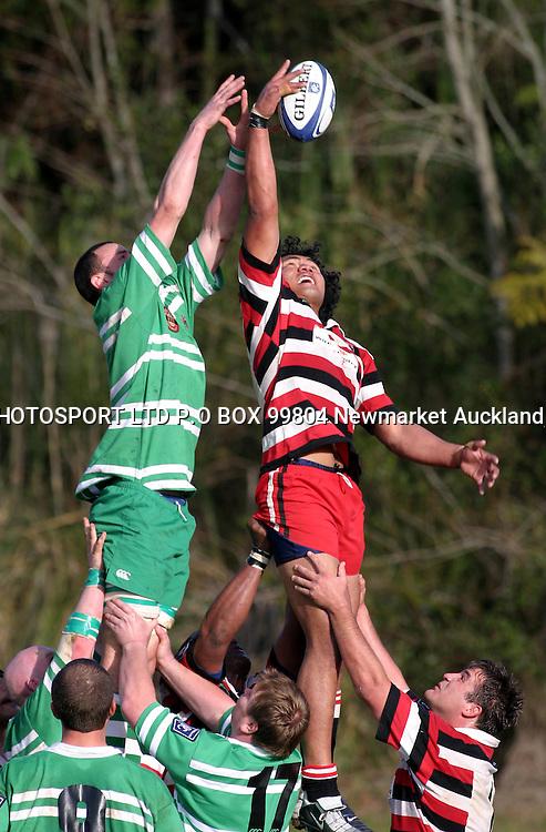 Taiasina Tuifua just gets his hand on the line out throw.<br />NPC Counties Manukau Vs Manawatu, The Growers Stadium, Pukekohe, Saturday August 7. Counties def Manawatu 40 - 32. <br />PHOTO: Richard Spranger / PHOTOSPORT