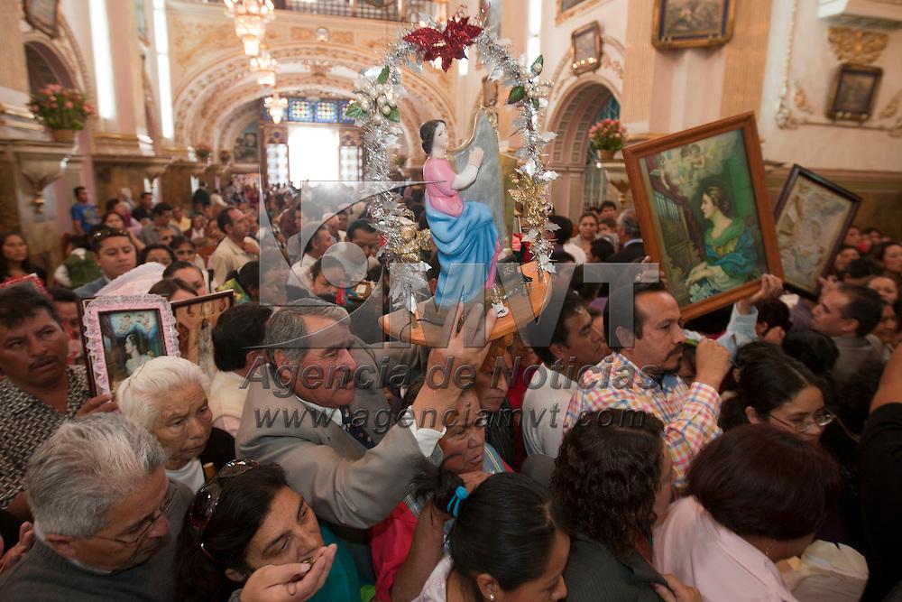 TOLUCA, Mexico.- Musicos festejaron a Santa Cecilia, su santa patrona, en la iglesia de la Merced de esta ciudad; tambien le festejan las mujeres embarazadas. Agencia MVT / Mario Vazquez de la Torre. (DIGITAL)