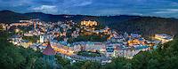 Blick &uuml;ber Karlsbad, Karlovy Vary mit dem Historische Kurgeb&auml;uden Hotel Imperial (1912) und Grandhotel Pupp (1701). <br /> Karlsbad geh&ouml;rt zu den touristischen Perlen der Tschechischen Republik. Nicht nur die luxuri&ouml;sen Hotels und das Kurbad sind jedoch an diesem Ort interessant.