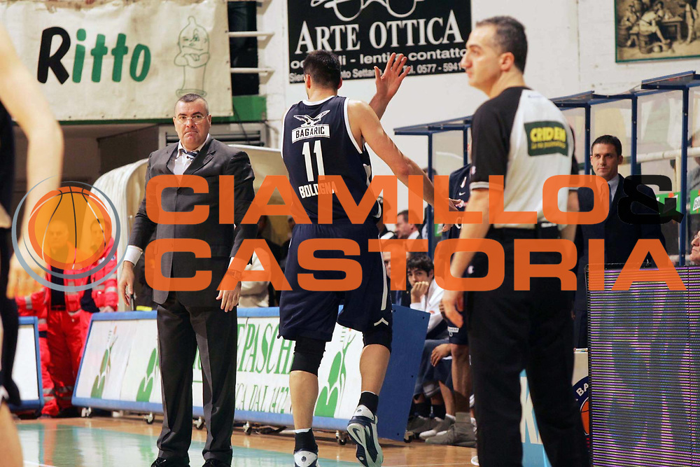 DESCRIZIONE : Siena Lega A1 2005-06 Montepaschi Siena Climamio Fortitudo Bologna <br /> GIOCATORE : Repesa Bagaric <br /> SQUADRA : Climamio Fortitudo Bologna <br /> EVENTO : Campionato Lega A1 2005-2006 <br /> GARA : Montepaschi Siena Climamio Fortitudo Bologna <br /> DATA : 08/01/2006 <br /> CATEGORIA : Delusione <br /> SPORT : Pallacanestro <br /> AUTORE : Agenzia Ciamillo-Castoria/P.Lazzeroni