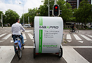 Deelnemers van Velo-City wachten op de fiets voor een verkeerslicht. In Nijmegen wordt de internationale conferentie Velo City gehouden. Tijdens het meerdaags congres praten beleidsmedewerkers en de fietsindustrie over het gebruik van de fiets in het dagelijks leven. Daarnaast zijn er tal van fietsgerelateerde activiteiten.<br /> <br /> In Nijmegen the bike related congress Velo City 2017 is held. From all over the world people come to talk about the use of the bicycle as a way of transportation.