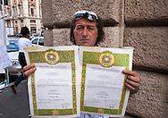 Roma 2 Ottobre 2010.Giuseppe Picone  ex agente della polizia penitenziaria,durante lo sciopero della fame in via XX Settembre per chiedere giustizia dopo essere stato congedato  dall'amministrazione penitenziaria a seguito di dichiarazione di inidoneità all'impiego.