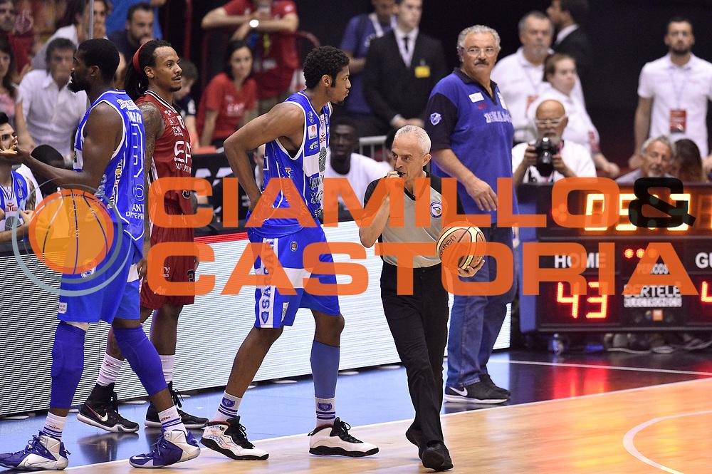 DESCRIZIONE : Milano Lega A 2014-15 EA7 Emporio Armani Milano vs Banco di Sardegna Sassari playoff Semifinale gara 7 <br /> GIOCATORE : Roberto Chiari arbitro<br /> CATEGORIA : arbitro<br /> SQUADRA : arbitro<br /> EVENTO : PlayOff Semifinale gara 7<br /> GARA : EA7 Emporio Armani Milano vs Banco di Sardegna SassariPlayOff Semifinale Gara 7<br /> DATA : 10/06/2015 <br /> SPORT : Pallacanestro <br /> AUTORE : Agenzia Ciamillo-Castoria/GiulioCiamillo<br /> Galleria : Lega Basket A 2014-2015 Fotonotizia : Milano Lega A 2014-15 EA7 Emporio Armani Milano vs Banco di Sardegna Sassari playoff Semifinale  gara 7 Predefinita :