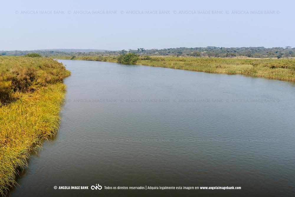 O rio Lucala a jusante das quedas de Calandula (Kalandula). O Lucala é o maior afluente do rio Cuanza (Kwanza). Província de Malange, Angola