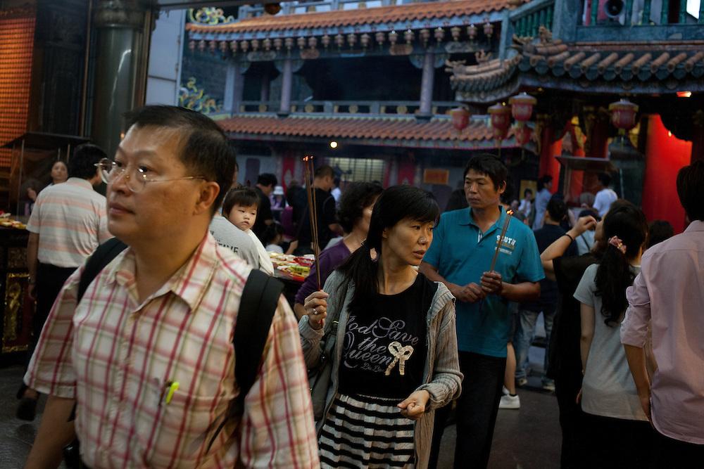 Affluence du week-end dans le plus ancien temple taoiste de la capitale: le temple de Guandu. Situé au nord de la ville il a été fondé en ****. Les fidèles font le tour des différents autels et divinités, s'inclinent et laisser devant chacun un brin d'encens.