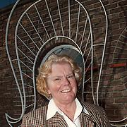 Gerrie Otten voor de kap van het Klederdrachtmuseum Havenstraat Huizen