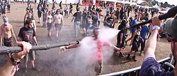 07.08.2010, Wacken Open Air 2010, Wacken, GER, 3.Tag beim 21.Heavy Metal Festival Fan wird mit Hochdruckreiniger nass gemacht und erfrischt, EXPA Pictures © 2010, PhotoCredit: EXPA/ nph/  Kohring+++++ ATTENTION - OUT OF GER +++++ / SPORTIDA PHOTO AGENCY