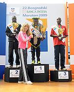 ATLETIKA, Beograd, 18. Apr. 2009. - Ministarka sportka uruculi je nagrade pobednicima 22. Beogradskog maratona. FOTO NENAD NEGOVANOVIC