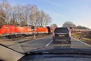 Nederland, Babberich, 22-2-2011Een goederentrein rijdt over het spoor tussen Emmerich in Duitsland en Zevenaar, waarna komt hij op de betuweroute uitkomt. De spoorlijn kruist hier wegen voor autoverkeer gelijkvloers.De treinen moeten in Duitsland op het bestaande spoor, waardoor vertraging ontstaat en de goederenlijn niet optimaal benut kan worden.Foto: Flip Franssen/Hollandse Hoogte