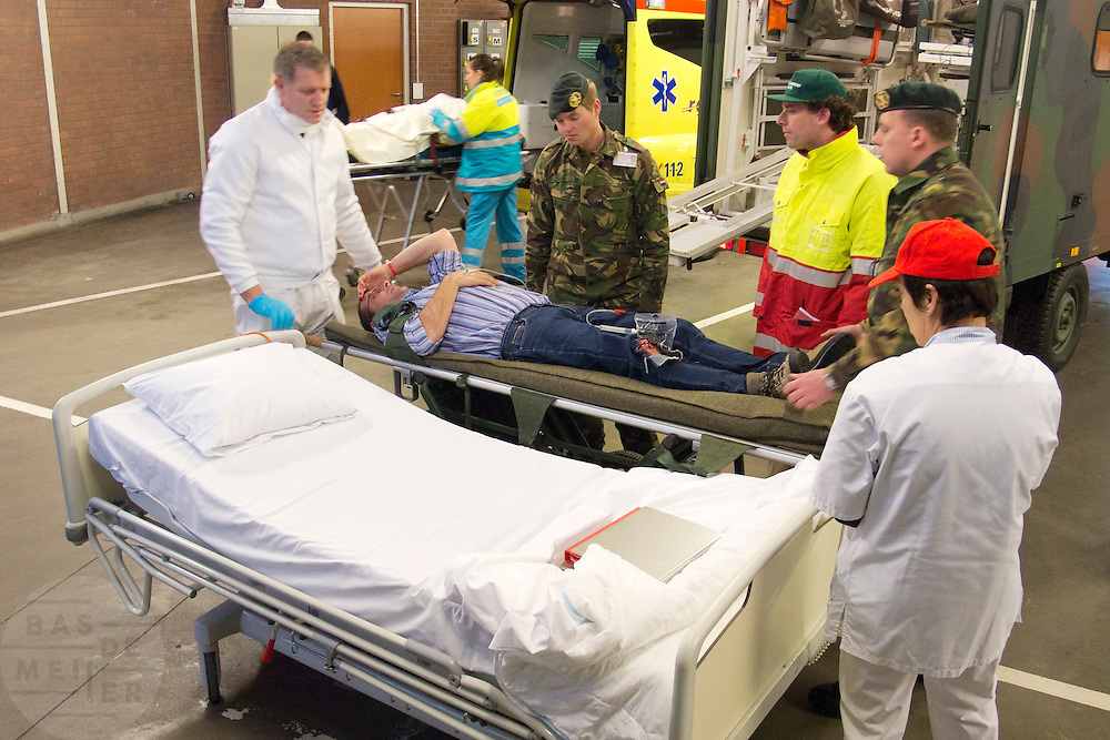 Een slachtoffer met een open botbreuk is aangekomen in de ambulancesluis.  In het Calamiteitenhospitaal in Utrecht wordt een rampenoefening gehouden. De nadruk ligt op de contaminatie, door een gekantelde vrachtwagen zijn veel slachtoffers in aanraking gekomen met een chemische stof. Voor het eerst wordt er geoefend met een zogenaamde decontaminatietent. Als de tent bevalt, schaft het ziekenhuis zo'n tent aan. Bij de 'ramp' zijn 100 slachtoffers gevallen.<br /> <br /> A badly injured man is brought in the hospital. In the Trauma and Emergency Hospital in Utrecht an calamity training was held. The emphasis is on the contamination by an overturned truck, many victims are contaminated by a chemical. For the first time a so-called decontamination tent was used. If the tent fulfills the expectations, a tent will be purchased. The 'calamity' caused 100 victims.