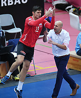 Volleyball 1. Bundesliga  Saison 2018/2019 TV Rottenburg - Volleyball Bisons Buehl    15.12.2018 JUBEL TV Rottenburg; Idner Faustino Lima Martins mit dem Ronaldo Jubel Sii (li) und Trainer Hans Peter Mueller - Angstenberger (re)