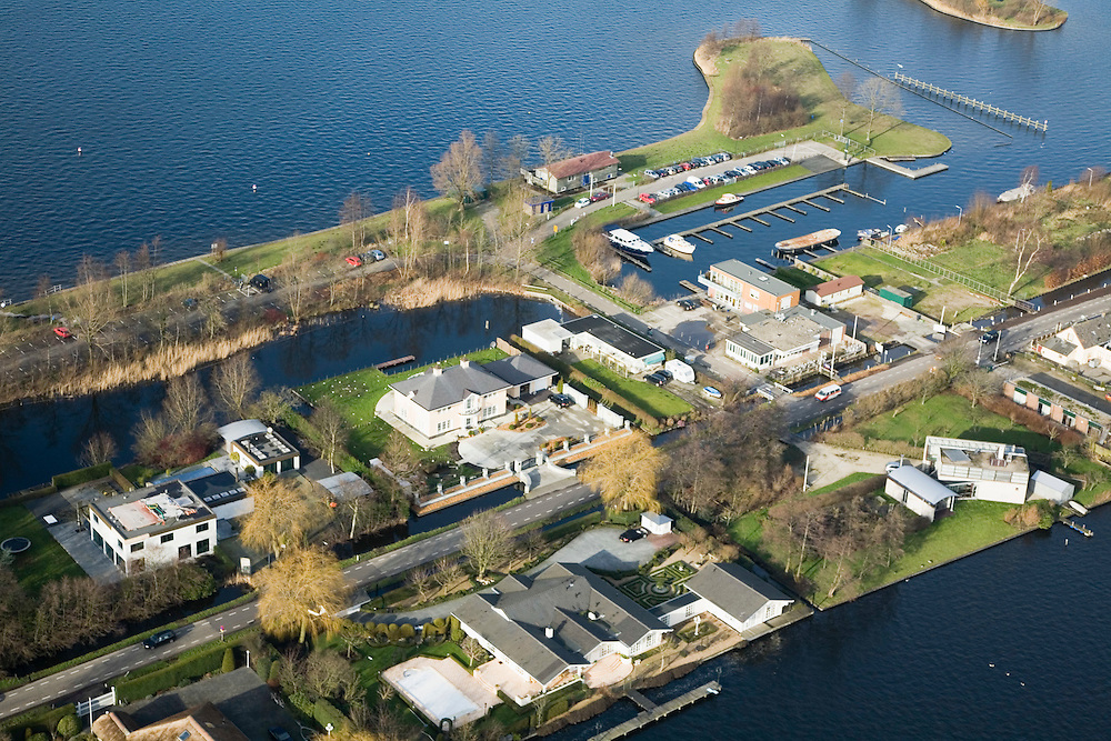 Nederland, Utrecht, Vinkeveen, 15-02-2007; luchtfoto (25 procent toeslag); Vinkeveensche plassen, villa's met aanlegplaats en steigers; roeiboot, bootje, zeilen; jachten, Vinkenveense plas, watersport, toerisme, recreatie, landschap, planologie.luchtfoto (toeslag); aerial photo (additional fee required); .foto Siebe Swart / photo Siebe Swart