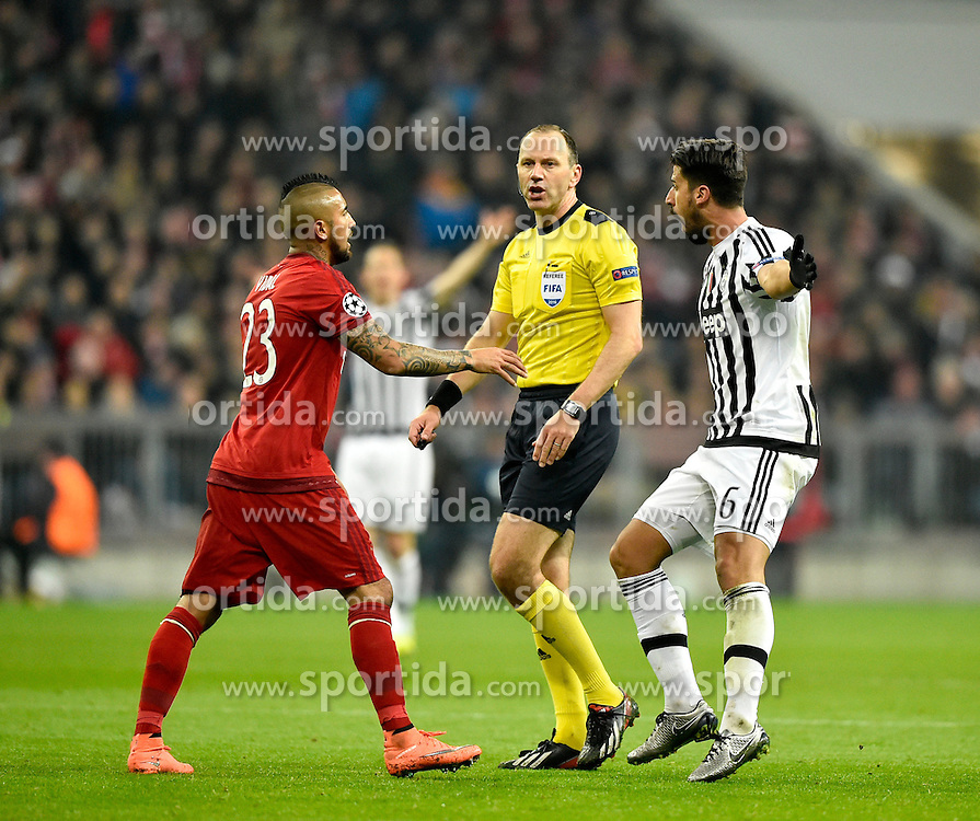 16.03.2016, Allianz Arena, Muenchen, GER, UEFA CL, FC Bayern Muenchen vs Juventus Turin, Achtelfinale, Rueckspiel, im Bild Schiedsrichter Referee Jonas Erikson (SWE) Gestik, Geste mit Arturo Vidal FC Bayern Muenchen (links) und Sami Khedira Juventus Turin (rechts) // during the UEFA Champions League Round of 16, 2nd Leg match between FC Bayern Munich and Juventus FC at the Allianz Arena in Muenchen, Germany on 2016/03/16. EXPA Pictures &copy; 2016, PhotoCredit: EXPA/ Eibner-Pressefoto/ Weber<br /> <br /> *****ATTENTION - OUT of GER*****