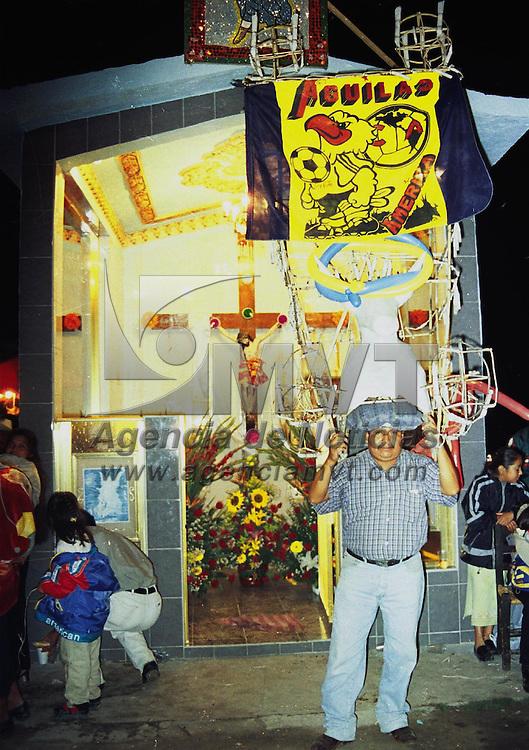 Toluca, M&eacute;x.- .En algunas capillas se acostumbra quemar los &quot;toritos&quot; en honor del Santo Patrono, pero en estos d&iacute;as de intensa lluvia, no ha sido posible, las graficas en San Pedro Totoltepec. Agencia MVT / H. VAZQUEZ E.(FILM)<br /> <br /> NO ARCHIVAR - NO ARCHIVE