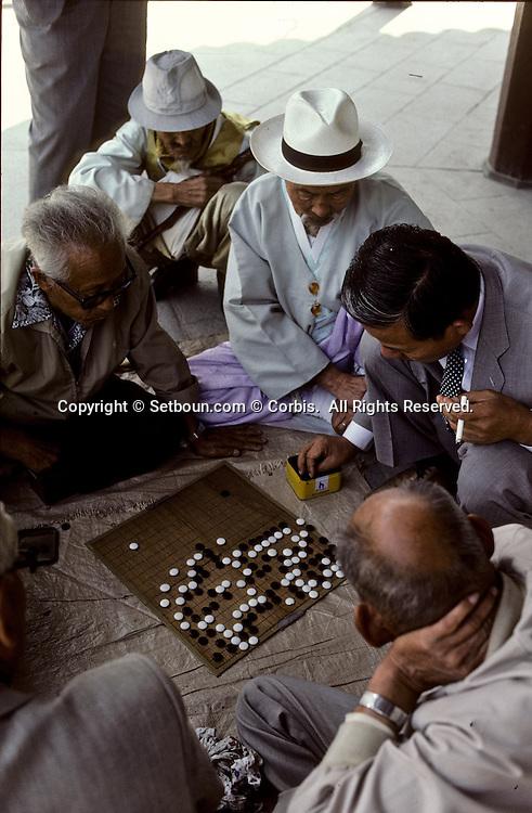 Game of Go in Pagoda Park ///Jeu de go dans Pagoda PARK;      L2724  /  R00030  /  P0003331  Probably Korea --- Men Playing Go Game -