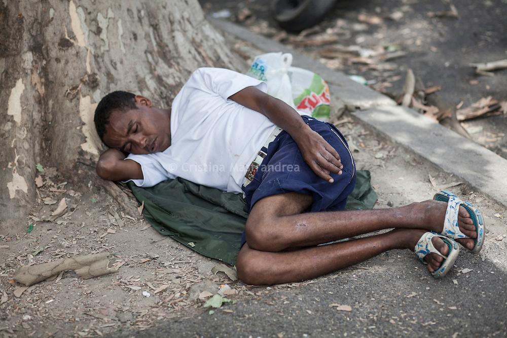 Quasi 800 profughi di cui più di 100 bambini vengono ospitati nella struttura di accoglienza Baobab di Via Cupa a Roma. La struttura può accogliere circa 220 migranti. Semplici cittadini e il gruppo SEL hanno raccolto generi alimentari da distribuire agli all'interno della struttura. Un ragazzo dorme a bordo strada fuori dal centro Baobab.
