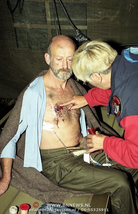 NLD/Soesterberg/19951109 - Soesterberg rampenoefening met de Chinook, slachtoffer word behandeld