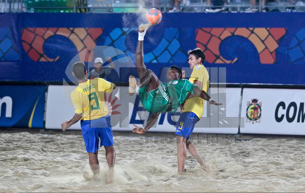RAVENNA, ITALIA, 08 DE SETEMBRO DE 2011 - COPA DO MUNDO DE BEACH SOCCER - <br /> <br /> BRASIL X NIGERIA - Jogadores do Brasil durante partida contra a Nigeria v&aacute;lida pelas quartas de final da Copa do Mundo de Beach Soccer, no Est&aacute;dio Del Mare, em Ravenna, It&aacute;lia, nesta quinta-feira (8). FOTO: VANESSA CARVALHO - NEWS FREE