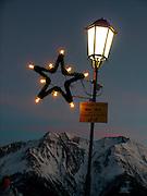 Eclairage publique en haute montagne façon Noël, Riederalp. Weihnachtliche Strassenlaterne - elektrische Beleuchtung in den Bergen. © Romano P. Riedo