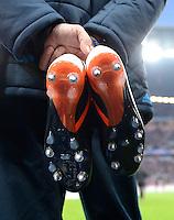 FUSSBALL   CHAMPIONS LEAGUE  HALBFFINAL HINSPIEL   2011/2012      FC Bayern Muenchen -Real Madrid          17.04.2012 Ein Betreuer von Real Madrid mit Schuhen
