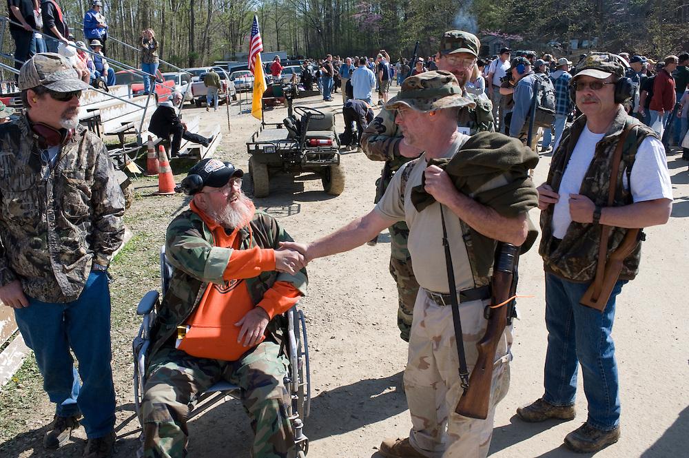Die Maschinengewehr und Waffen Show in Knob Creek, Luisville, Kentucky, USA, ist die groesste seiner Art in Nordamerika. An drei Schiessstaenden werden Waffen aller Art abgefeuert, vor allem Schnellfeuergewehre. Auch Kinder duerfen hier das Schiessen mit dem Maschinengewehr ueben. Im Angebot ist auch ein Jungle Walk, auf welchem je ein Teilnehmer mit einer Uzi auf im Wald versteckte Metallscheiben schiesst..Bild: Viele Veteranen treffen sich in auf der Show in Knob Creek