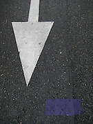 Strassenmarkierungen, marquages de routes. Lettres et signes, Floor-signs. © Romano P. Riedo