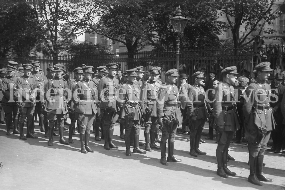 Members of the National Army outside the Pro-Cathedral at the funeral of Michael Collins. (Part of the Independent Newspapers Ireland/NLI Collection)