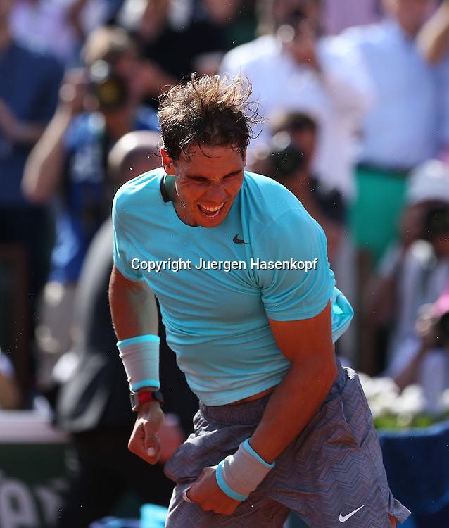 French Open 2014, Roland Garros,Paris,ITF Grand Slam Tennis Tournament, Herren Halbfinale,Rafael Nadal (ESP)  jubelt nach seinem Sieg,Jubel,<br /> Emotion,Freude,Einzelbild,Halbkoerper,Hochformat,