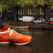 Schoen verbouwd als varende boot door de Amsterdamse grachten als promotie van de ING Amsterdam marathon