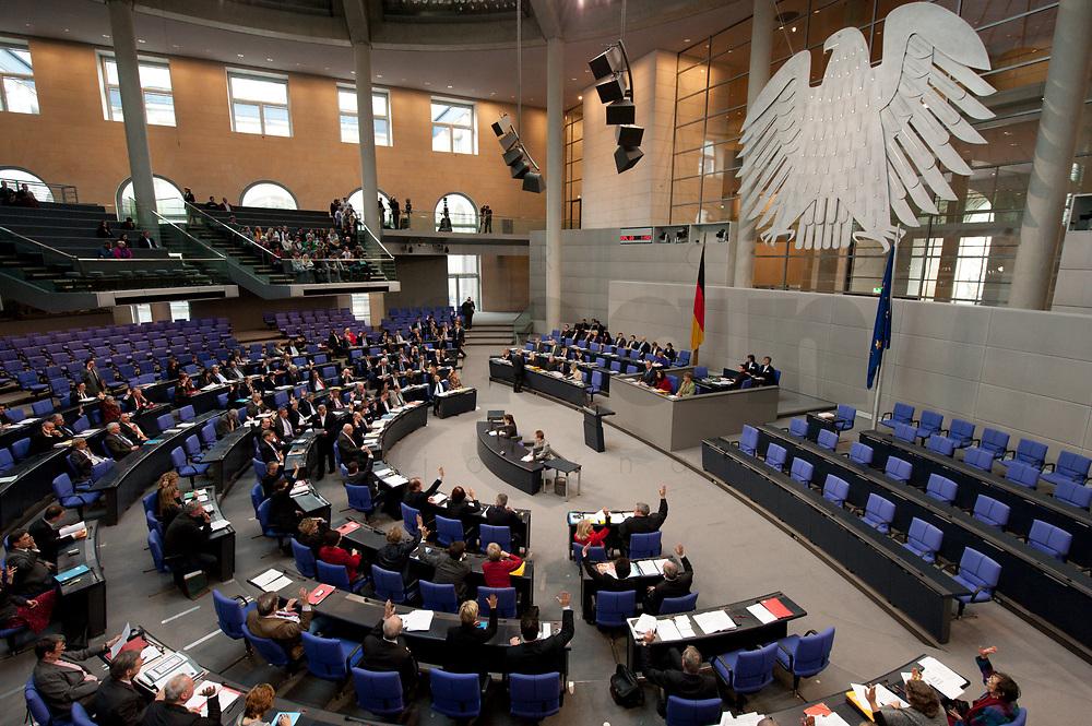 16 MAR 2010, BERLIN/GERMANY:<br /> Abstimmung durch Handzeichen, nach der Bundestagsdebatte, Haushaltsberatungen Etat des Bundesministerium der Finanzen, Plenum, Deutscher Bundestag<br /> IMAGE: 20100316-01-136<br /> KEYWORDS: Sitzung, Debatte, Uebersicht, Übersicht, Bundesadler
