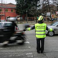 Vigile urbano controlla la viabilità davanti ad una scuola<br /> <br /> Traffic policewoman controls the traffic in front of a school