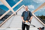 """Zimmermann Gordon Boors lebt zwar in Bispingen, doch wenn er in Hamburg ist, kauft er sich eine Hinz&Kunzt: """"Vor allem an Weihnachten, da komme ich immer mit einem Kumpel zum Shoppen nach Hamburg und hole mir dann eine."""" Neubau 13.07.2020 Foto Mauricio Bustamante."""