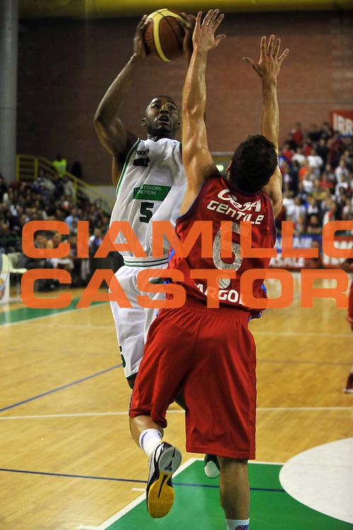 DESCRIZIONE : Casale Monferrato Lega A 2011-12 Novipiu Casale Monferrato Benetton Treviso<br /> GIOCATORE : Twuan Moore<br /> CATEGORIA :  tiro<br /> SQUADRA : Benetton Treviso<br /> EVENTO : Campionato Lega A 2011-2012<br /> GARA : Novipiu Casale Monferrato Benetton Treviso<br /> DATA : 13/11/2011<br /> SPORT : Pallacanestro<br /> AUTORE : Agenzia Ciamillo-Castoria/M.Lussoso<br /> Galleria : Lega Basket A 2011-2012<br /> Fotonotizia :  Casale Monferrato Lega A 2011-12 Novipiu Casale Monferrato Benetton Treviso<br /> Predefinita :