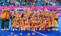 LONDEN - De Nederlandse hockeydames met hun gouden medaille na de gewonnen finale tegen Argentinië op de Olympische Spelen in Londen.  ANP KOEN SUYK