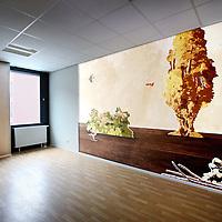 Nederland, Amsterdam , 23 augustus 2013.<br /> n september vindt de officiële opening plaats van onze nieuwe locatie in Amsterdam: De Nieuwe Valerius, academisch psychiatrisch centrum VUmc-GGZ inGeest.<br /> Vanaf begin september verhuizen diverse klinieken en poliklinieken voor volwassenen en ouderen naar een nieuwe locatie: De Nieuwe Valerius aan de Amstelveenseweg in Amsterdam. Deze locatie is gehuisvest in nieuwbouw van VUmc waar ook de spoedeisende hulp van VUmc en Stichting Gastenverblijven (voor familie van patiënten van VUmc) een plek krijgen. In De Nieuwe Valerius worden afdelingen vanuit bestaande locaties samengevoegd om gezamenlijk kwalitatief hoogwaardige zorg te bieden aan de patiënt. We zijn continu bezig met innovatie, verbetering en ontwikkeling van ons zorgaanbod. Nu we in de directe nabijheid van VUmc zitten, krijgt het wetenschappelijk onderzoek op het grensvlak tussen lichamelijke en psychische aandoeningen een stevige stimulans.Gebouw en omgeving zijn zo ontworpen dat de vormgeving en inrichting ervan bijdragen aan het welbevinden van de patiënt en een voorspoedige genezing. <br /> Op de foto: 1 vd kunstwerken van Nina Rave het nieuwe Valerius gebouw<br /> Foto:Jean-Pierre Jans