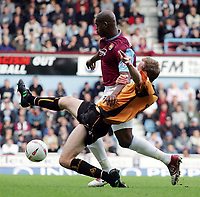 Fotball<br /> 2004/2005<br /> Foto: SBI/Digitalsport<br /> NORWAY ONLY<br /> <br /> West Ham v Wolverhampton Wanderers<br /> Coca-Cola Championship.  Upton Park.<br /> 02/10/2004<br /> <br /> West Ham's Marlon Harewood chases the ball with Wolves' Jody Craddock